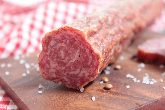 В Оренбуржье без документов через границу не пропустили тонну колбасы.
