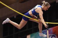 Анжелика Сидорова выполняет прыжок в высоту с шестом.