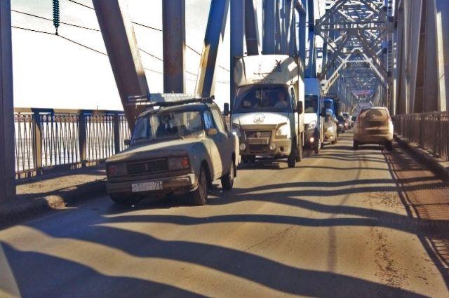Асфальт на мосту и вправду давно каши просил.
