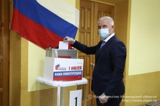 Сергей Морозов 25 июня на одном из пунктов голосования отдал свой голос за поправки в Конституцию РФ.