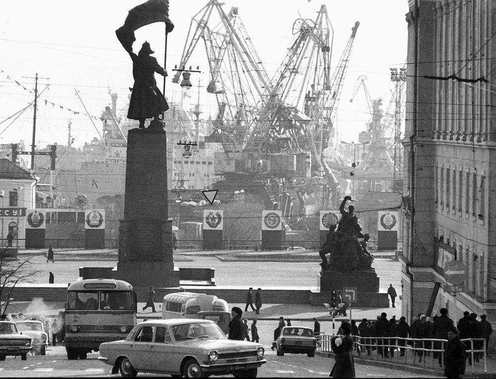 Вид на порт из города. 1974 год.