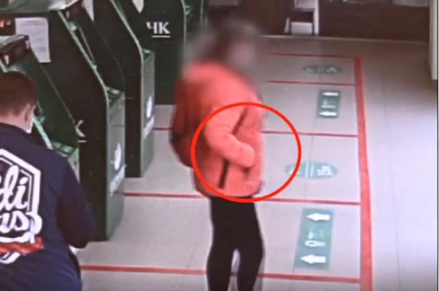 Оренбурженке грозит 5 лет колонии за кражу из банкомата.