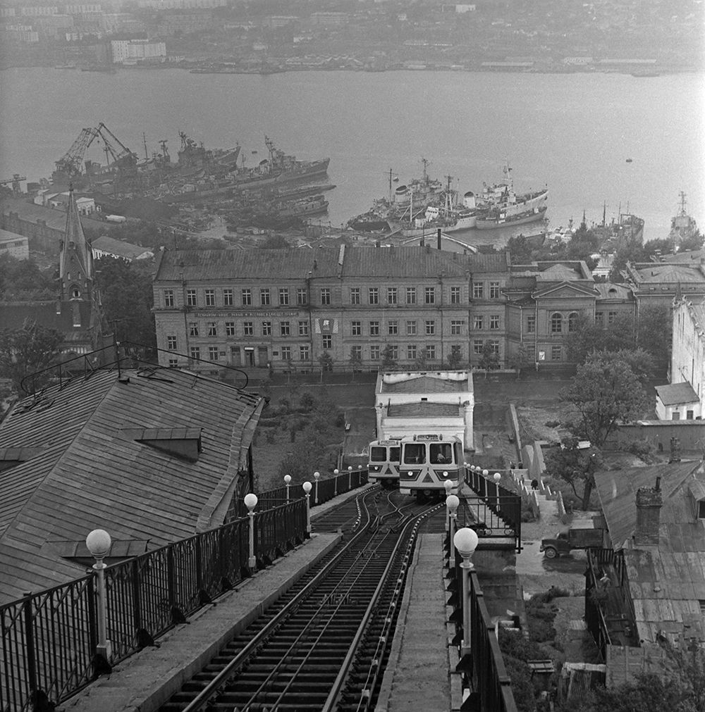 Владивостокский фуникулер, сооруженный в 1962 году по склону сопки Орлиной между Пушкинской улицей и улицей Суханова. 1966 год.