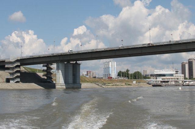 Подростков подняли из воды в районе опоры Нового моста