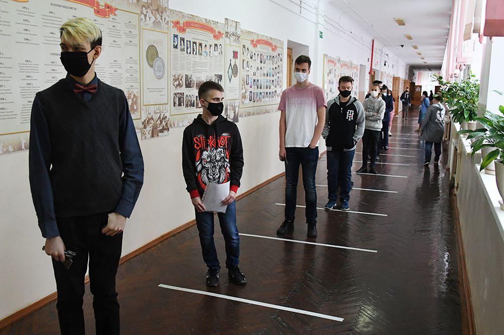 Школьники перед началом единого государственного экзамена в средней общеобразовательной школе №13 Владивостока.