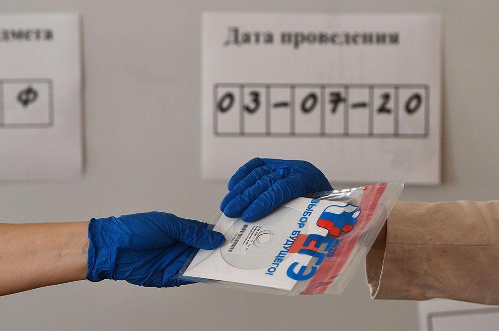 Конверт с диском, в котором содержатся задания для ЕГЭ, перед началом единого государственного экзамена по информатике в образовательном центре гимназии No 6 «Горностай» в Новосибирске.