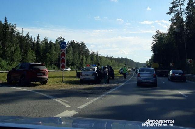 На месте аварии работают сотрудники ГАИ.