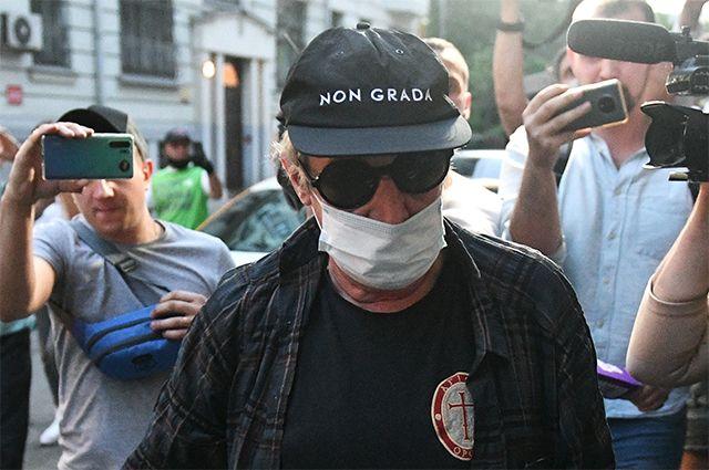 Актер Михаил Ефремов во время возвращения после допроса по делу о ДТП.