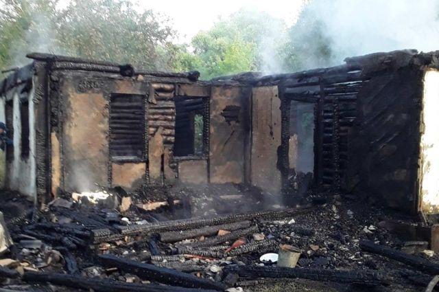 Огонь полностью уничтожил дом.