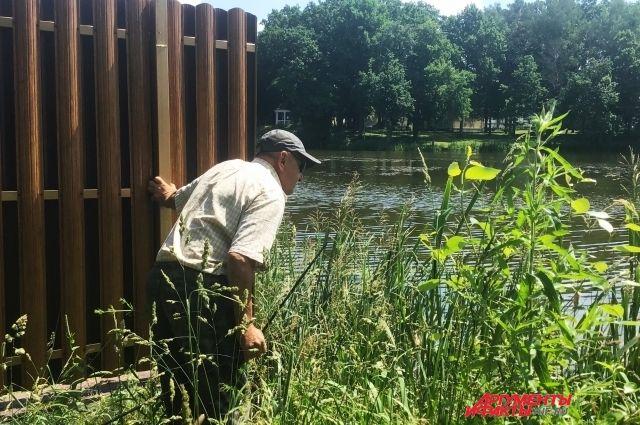 Василий Губанов 40 лет рыбачил на озере, а теперь тут прохода нет.