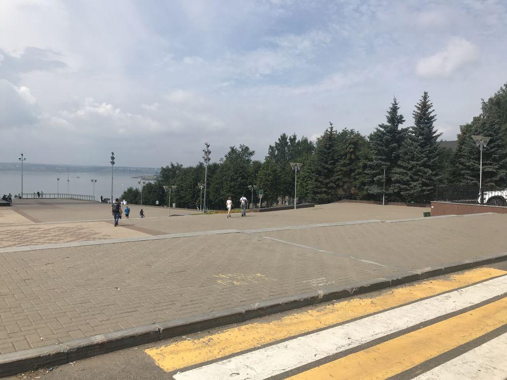 На набережной вновь гуляет масса людей