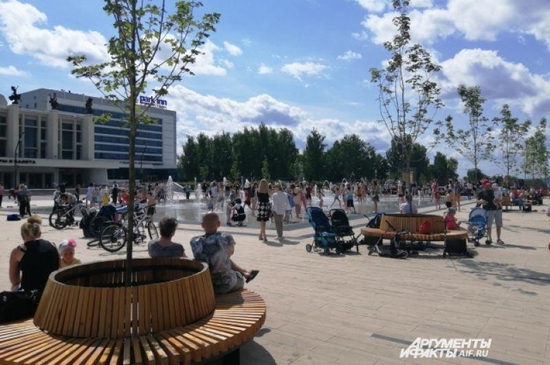 В выходные в Ижевске стояла жаркая погода, и люди собирались в парках и на набережной