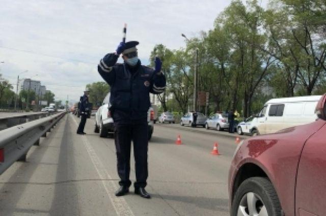 Сотрудник Госавтоинспекции жестом попытался остановить мотоцикл «Yamaha», который двигался с выключенной фарой.