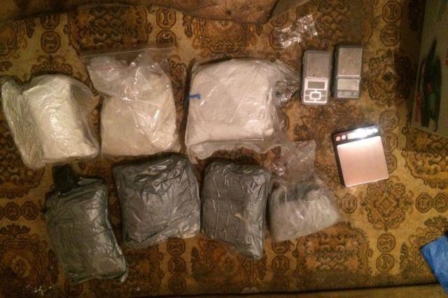 В Оренбурге двум сбытчикам грозит пожизненный срок за 6 кг наркотиков.