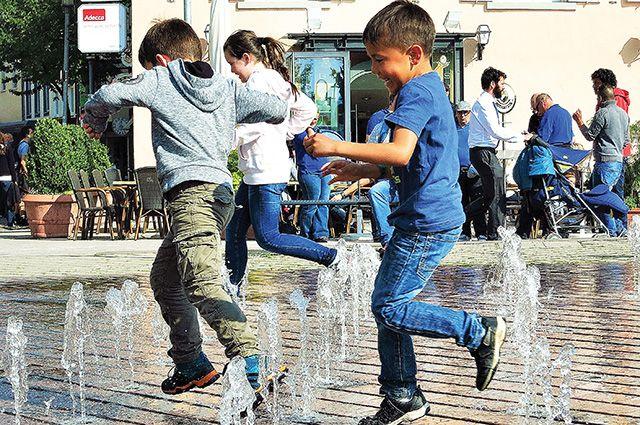 «Пешеходные» фонтаны стали частью парковой инфраструктуры.