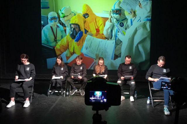 Шестеро актёров воплотились в десятки персонажей.