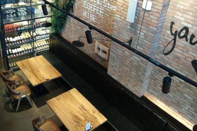 Рестораны пока пустуют, ожидая снятия ограничений.
