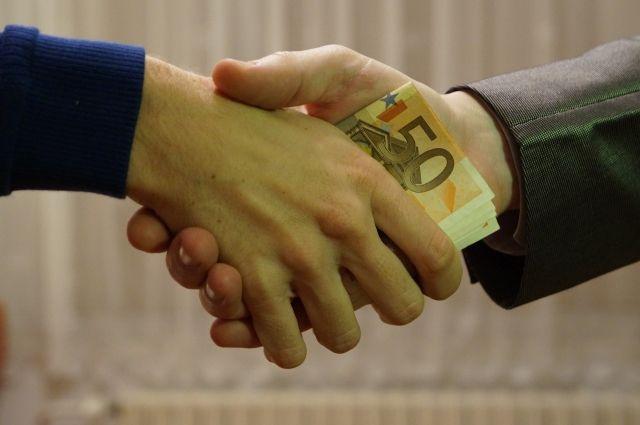 Коррупционеры берут взятки в любой валюте.