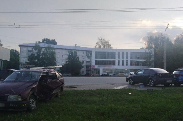 Два человека получили травмы в массовой аварии в Ижевске