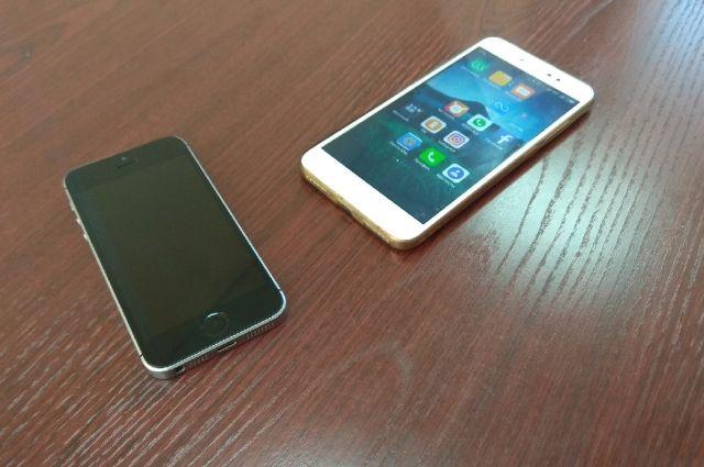 Молодые люди разбили стеклянную витрину и похитили 13 смартфонов и USB-модемов на общую сумму порядка ста тысяч рублей.