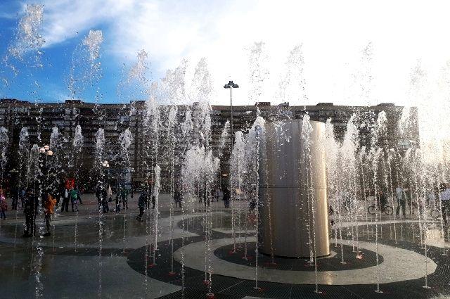 В Тюмени дети купаются в фонтанах