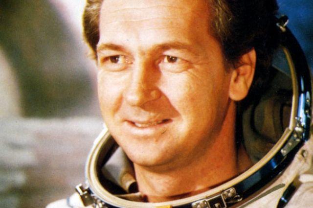 За два полёта в космос Виталий Севастьянов налетал 80 суток 16 часов 19 минут 3 секунды.