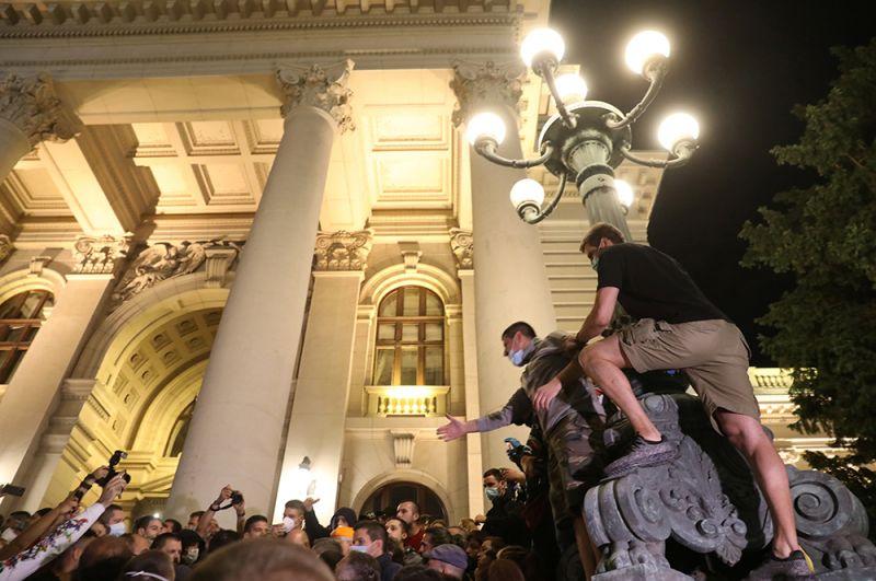 О введении в Белграде нового комендантского часа сообщил президент Сербии Александар Вучич.