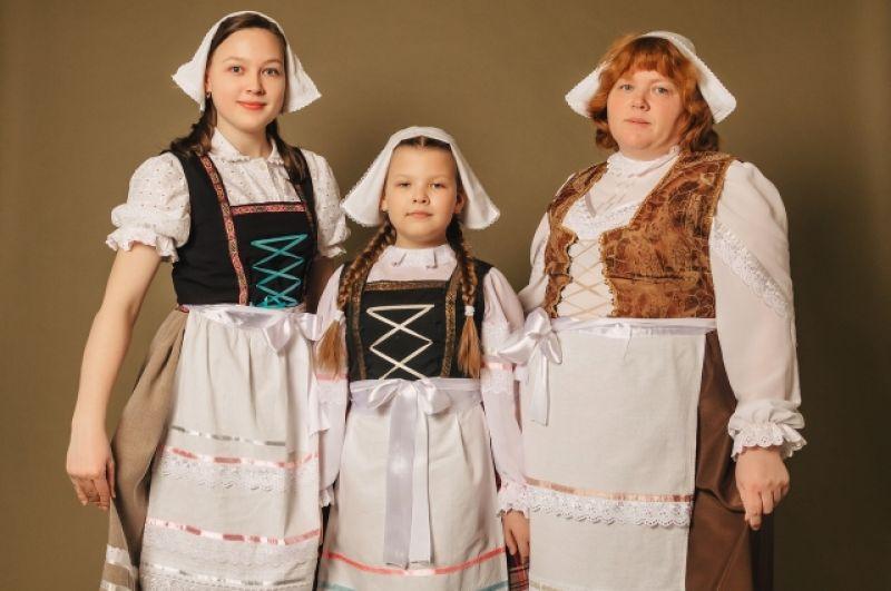 Женская половина немецкой семьи Гасниковых.
