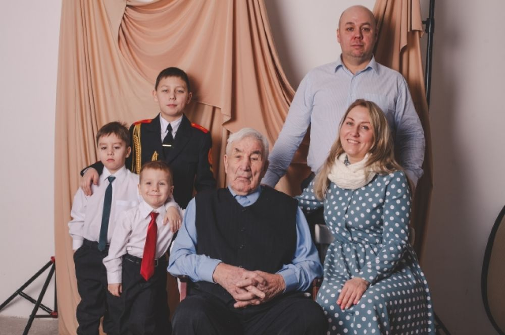 Адольфас Пошкус (сослан из Литвы) с внучкой, зятем и правнуками.