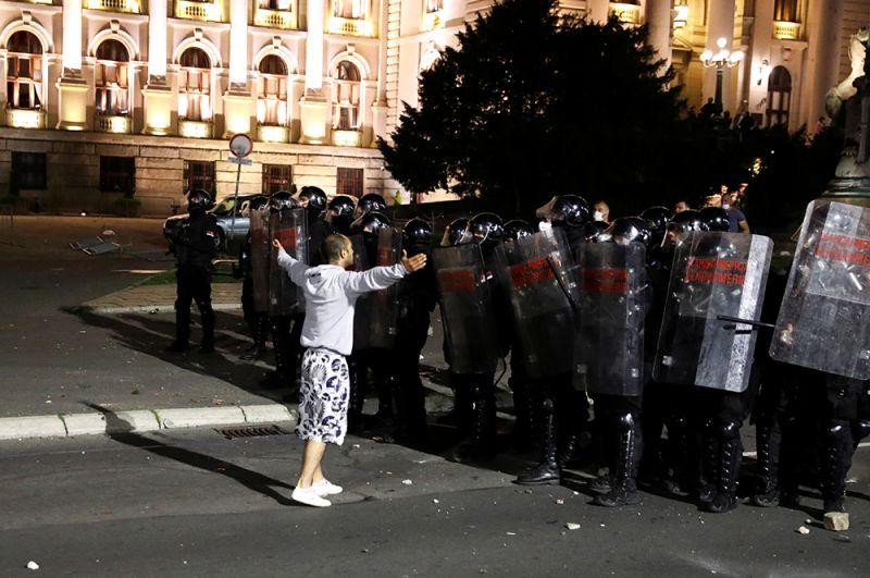 Столкновения с правоохранителями продолжились у храма Святого Марка и дальше на бульваре короля Александра.