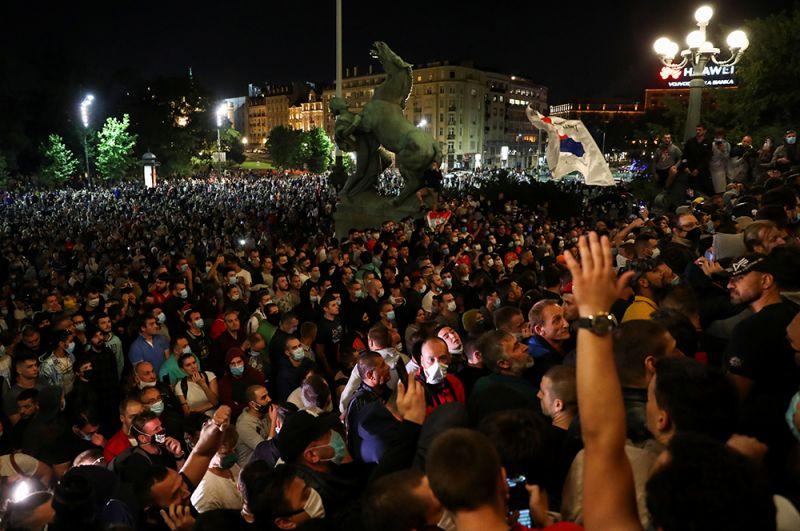 Недовольные принятыми мерами граждане собрались у здания парламента страны — Скупщины.