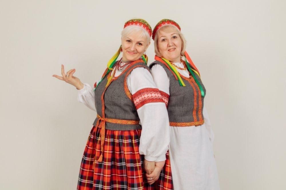 Сестры Яутайтите с национальных литовских костюмах.