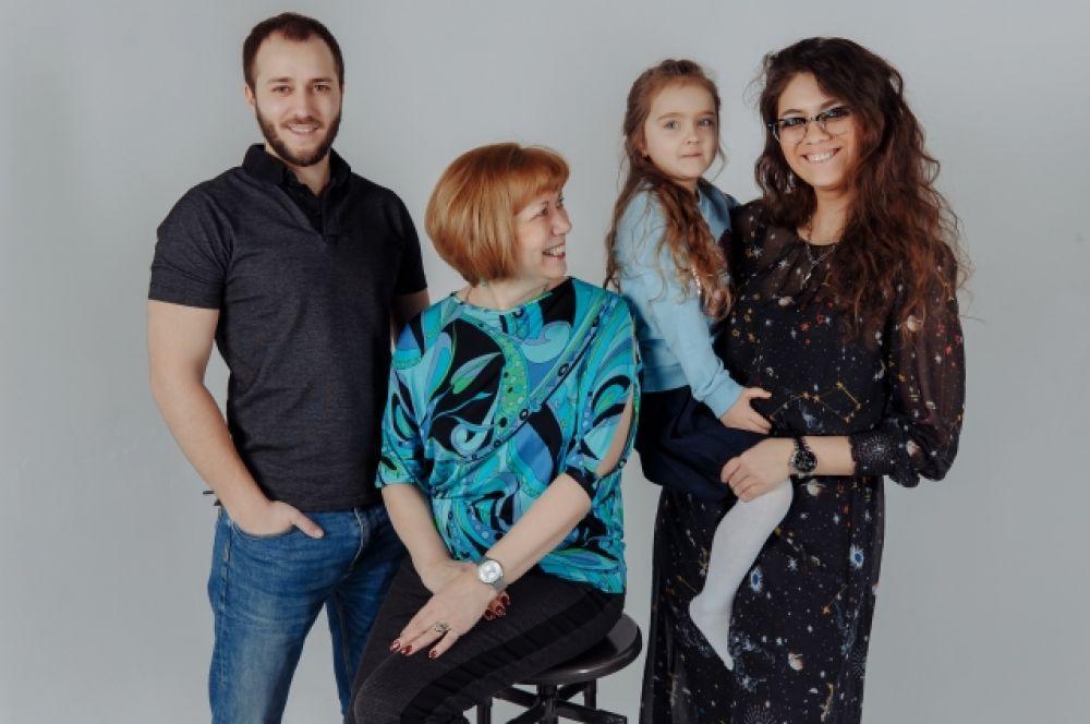 Литовка Ольга Ахмерова сыном, дочерью и внучкой.