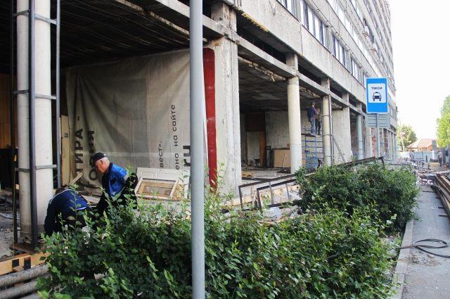 Ремонт на первом этаже в самом разгаре: обитатели гостиницы надеются, что пообедать и поужинать им вскоре можно будет не отходя далеко от места работы.