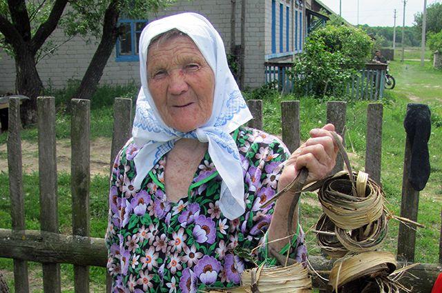Мария Сухова сохраняет древнее ремесло плетения лаптей из лыка.