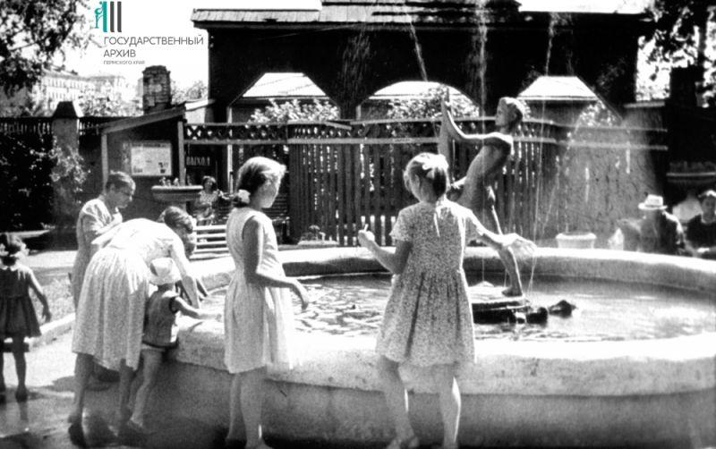 У фонтана в Пермском зоопарке, 1960 год.