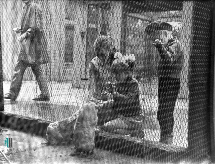 Семья у вольера, 1972 год.