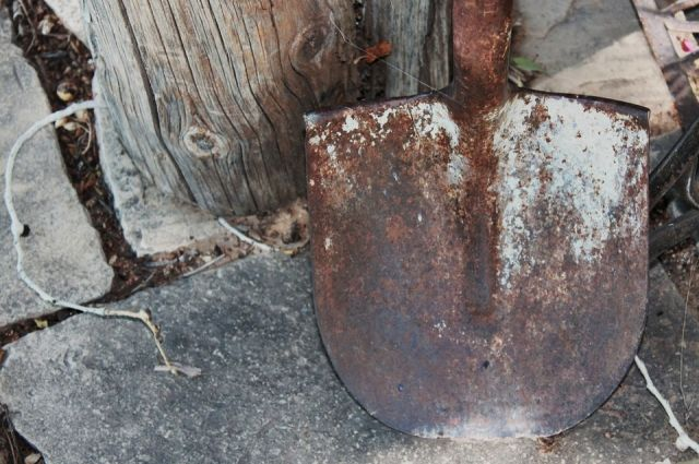 Тело оренбурженки обнаружили закопанным на территории заброшенного дома.