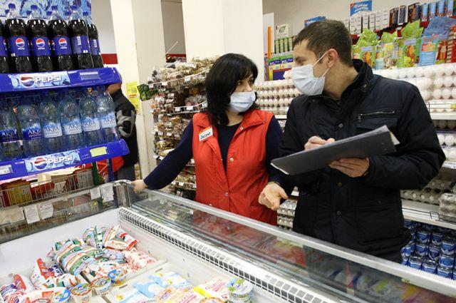 Сотрудники супермаркета в Екатеринбурге во время эпидемии «свиного гриппа», 2009 г.