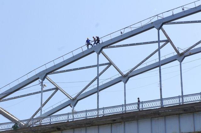 С арки моста через реку Белую в Уфе спасли молодого мужчину