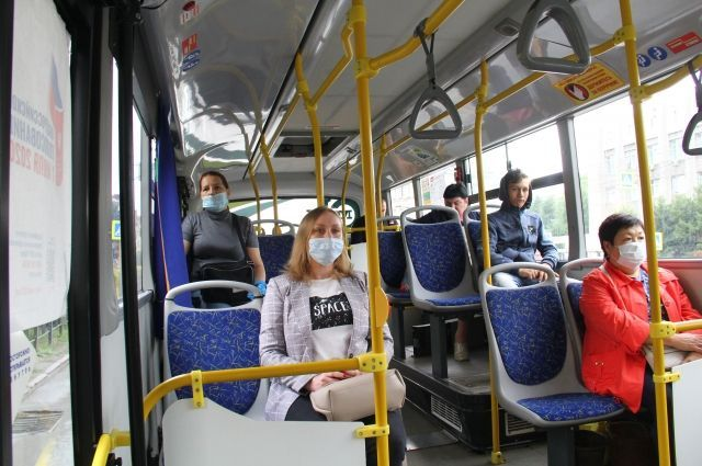 В автобусах висит напоминание: таблички с надписью «Наденьте маску», но не все обращают на нее внимание.