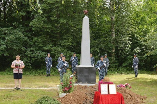 Теперь партизан покоится в центре деревни Беленино у военного мемориала.