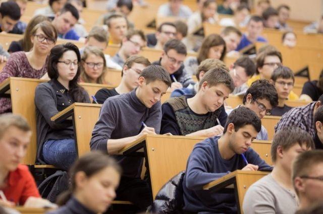 Рособрнадзор заявил о возможном переносе учебного года в вузах