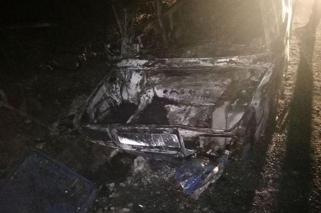 Когда сотрудники оперативных служб прибыли на место, выяснили, что автомобиль полностью охвачен огнём.