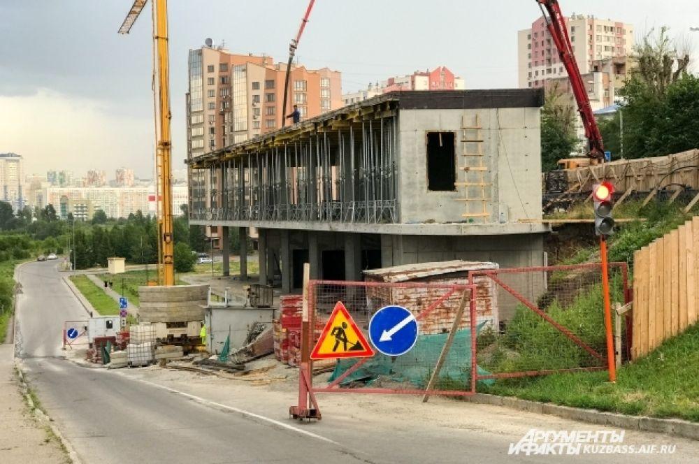 Кафе на Набережной напротив сквера «Орбита» начали строить в октябре 2019 года и планировали открыть уже в июне этого года, но что-то пошло не так.