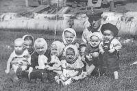 Дед Нейман с детьми.