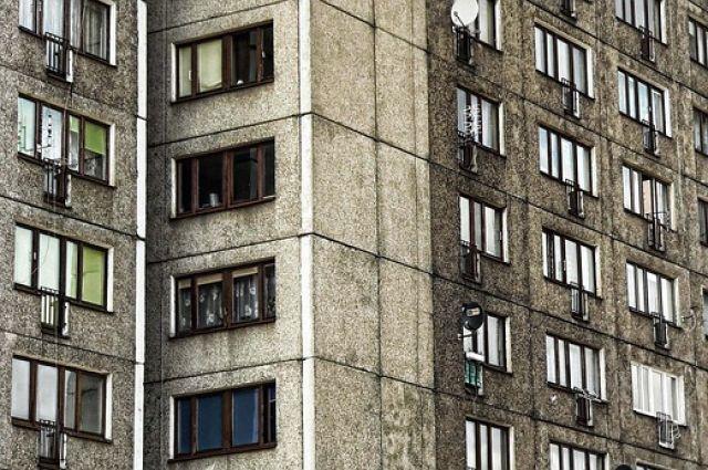 В Тюмени с балкона пятого этажа выпала женщина