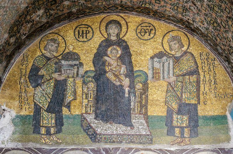 На строительство ушло три годовых дохода всей Византийской империи. На фото: мозаичное изображение императоров Константина и Юстиниана перед Богородицей.