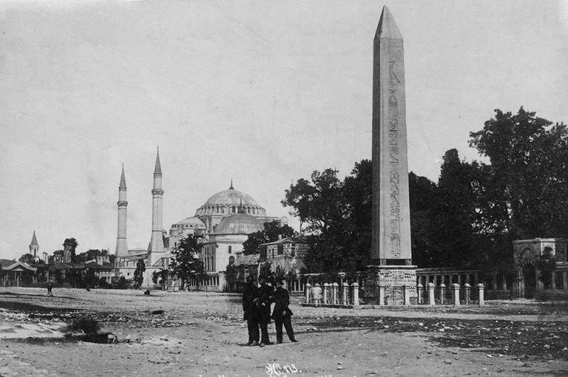 Храм дважды перестраивался, и скудное представление о них дают только археологические находки, которые позволяют судить только о внушительных размерах и богатом мраморном убранстве. В нынешнем виде, известном как Юстинианова базилика, был построен в 537 году. На фото: снимок 1909 года.