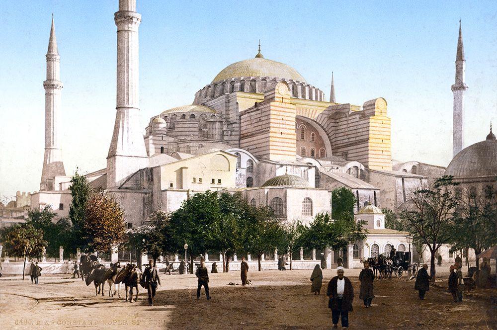 30 мая 1453 года султан Мехмед II, завоевавший Константинополь, вступил в собор Святой Софии, который был обращен в мечеть. К собору пристроили четыре минарета.